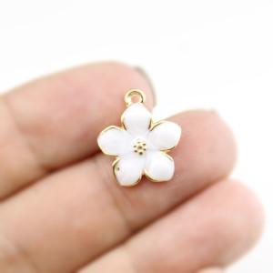 Подвеска белый цветочек 17х14 #5299